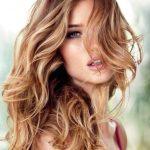 Karamel ışıltıların açıkk kahve tonları saç üzerine duruşu