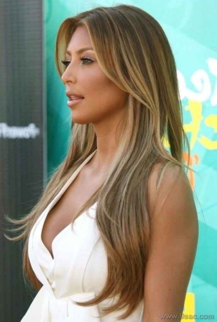 kim kardashian kestane üzerine altin sarı saç rengi ışıltısi