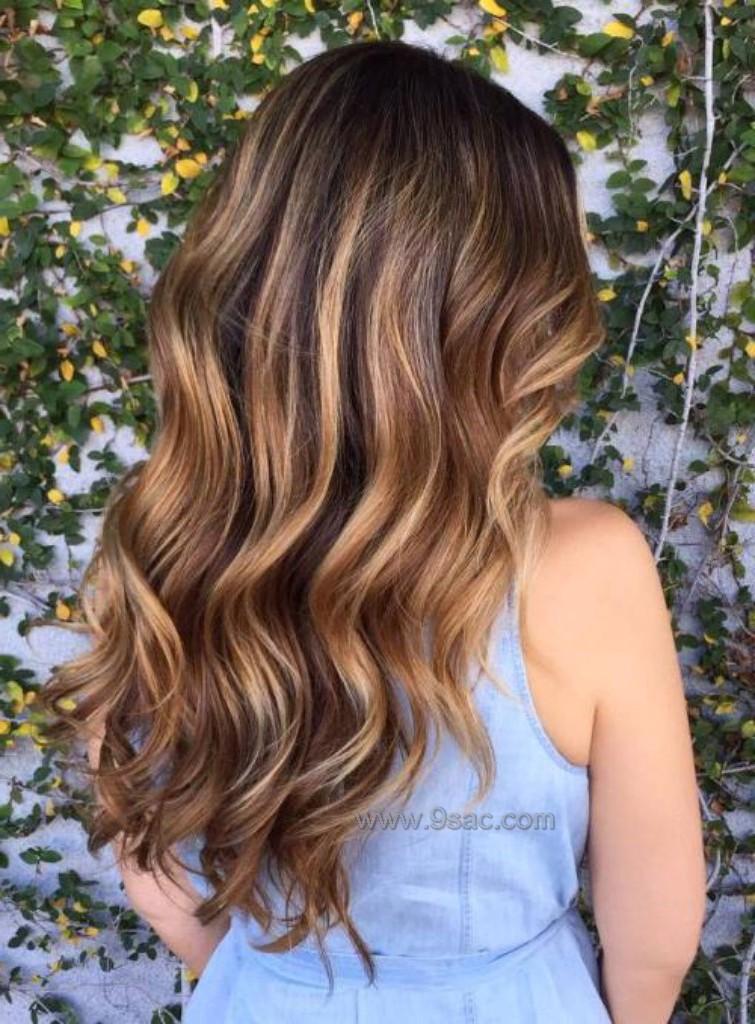 Karamel Balyaj Işıltılari Koyu Kahve Saçlara Saç