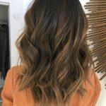 Orta Boylu Kahverengi Saçlar İçin Balyaj Işıltılar