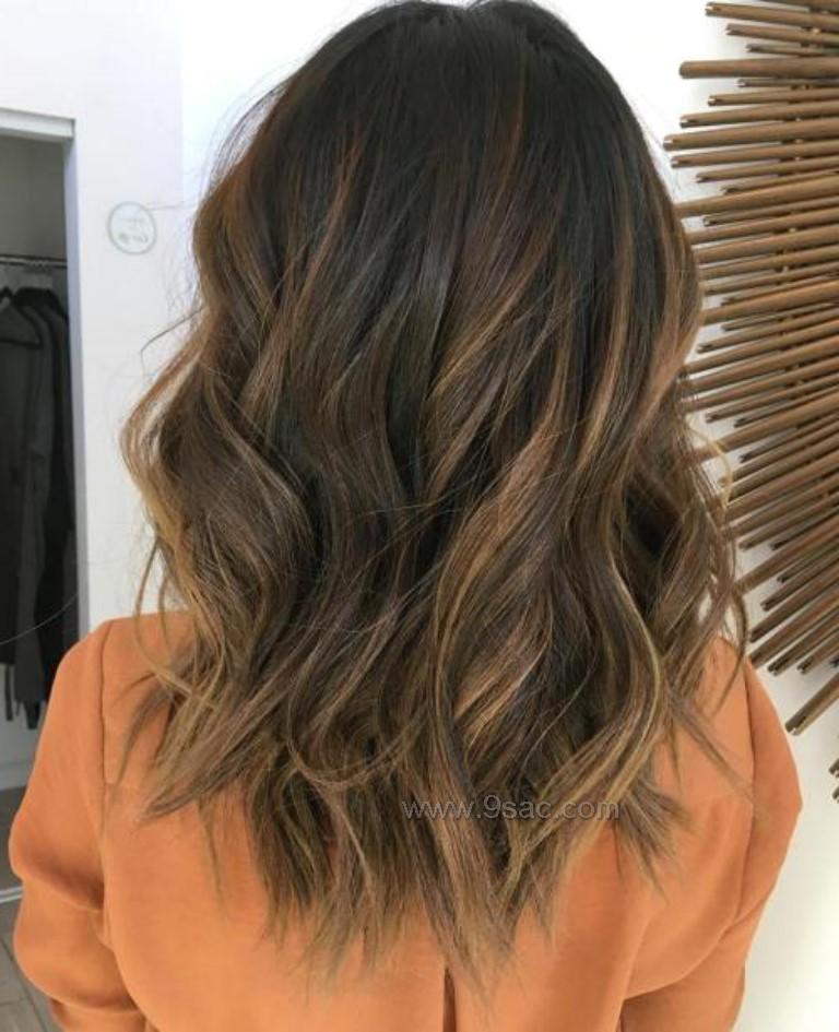 Orta Boylu Kahverengi Saçlar Için Balyaj Işıltılar Saç