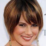 Прическа на средние волосы полное лицо фото