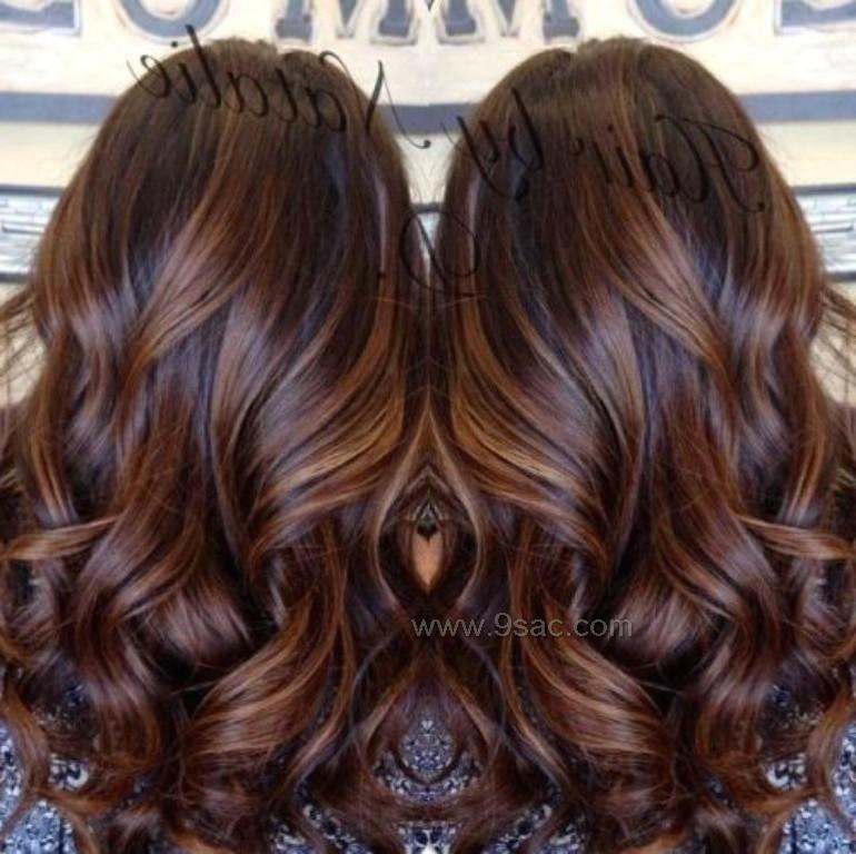 Uzun Kahverengi Saç Ile Balyaj Karamel Saç