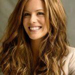 Açık kahverengi saç renkleri dalgalı saçlara