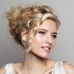 Dalgalı Saçlara Dağınık Topuz Saç Modelleri