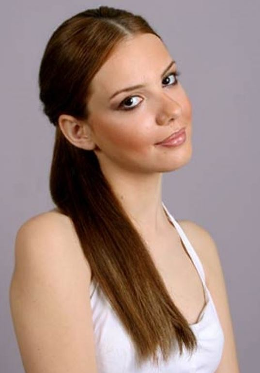 Selen Soyder Düz At Kuyruğu Saç Modeli